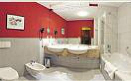 Červeno-biela kúpeľňa na prízemí.
